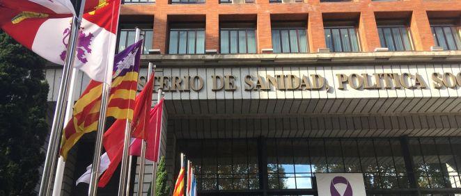 Banderas de las CC.AA. en la sede del Ministerio de Sanidad con motivo del pleno del Consejo Interterritorial de este jueves.