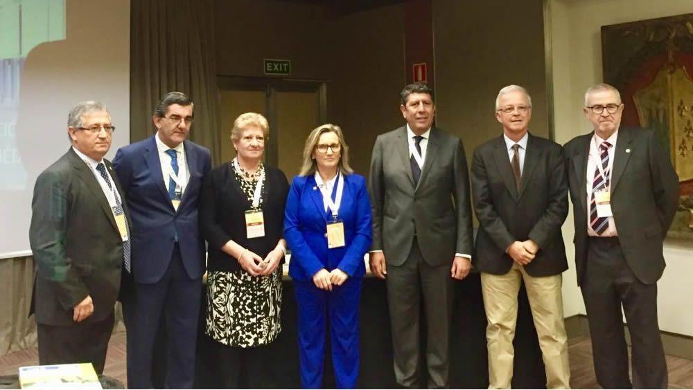 El director general de IDIS, Manuel Vilches (tercero por la derecha), ha participado en la sesión 'Profesionalismo en el ejercicio de la medicina privada'