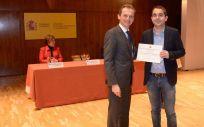 Alejandro Rivero, residente de medicina, recibiendo el Premio Fin de Carrera de la mano del ministro de Ciencia, Innovación y Universidades, Pedro Duque