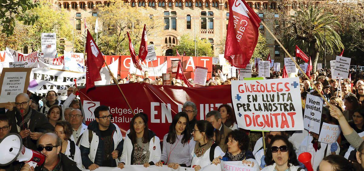 Los profesionales sanitarios durante sus protestas contra el ICS por las calles de Barcelona.