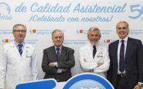 El consejero de Sanidad, Enrique Ruiz-Escudero (a la der.) y el director del CNIC, Valetín Fuster (en el centro) junto a otros profesionales médicos del hospital.