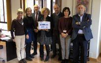 """Los representantes de los pediatras y del Ministerio posan con una de las cajas de firmas recogidas durante la campaña """"Confianza"""""""