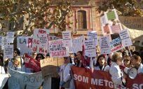 Los médicos de Atención Primaria de Cataluña concentrados a las puertas del Parlament.