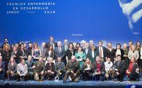 Foto de familia de los galardonados, finalistas y autoridades, este jueves en los Premios Enfermería en Desarrollo 2018