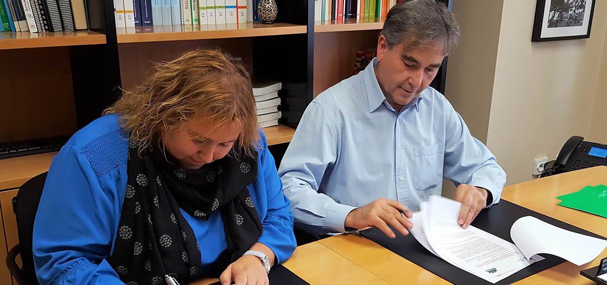Leticia Cardenal y Manuel Cascos, presidentes de Ceapa y Satse, durante la firma del acuerdo marco de colaboración