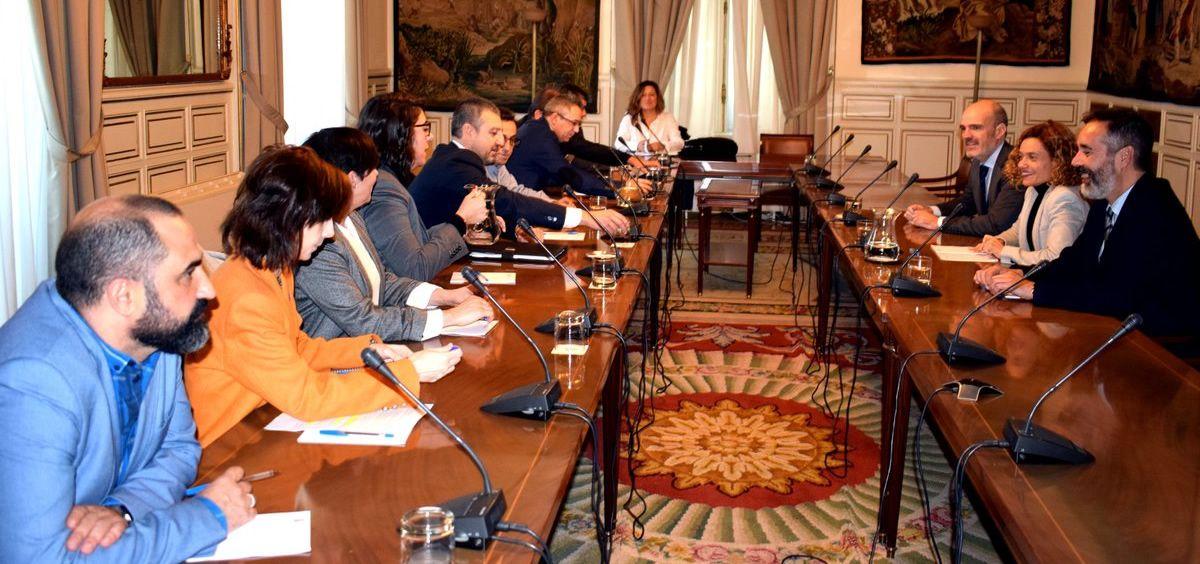 Imagen de la reunión entre los colectivos afectados por el acuerdo del Gobierno.
