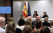 La delegada del Gobierno para el Plan Nacional sobre Drogas, Azucena Martí, y la ministra de Sanidad, María Luisa Carcedo.