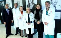 Miembros del Hospital Gregorio Marañón junto a la exposición fotográfica 'Quién ayuda al que ayuda'