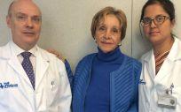 El Dr.Joaquim Balsells y la Dra.Elizabeth Pando con una paciente