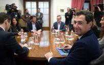 Los equipos de Juanma Moreno (PP) y Juan Marín (Ciudadanos) en la primera reunion para conformar un gobierno en Andalucía.