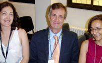 En la imagen, de derecha a izquierda, la Dra. Gerechter, el Dr. Jódar y la Dra. Cortés