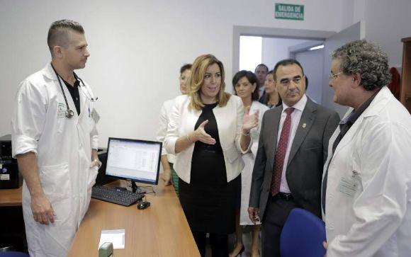 La presidenta de la Junta de Andalucía, Susana Díaz, durante una visita a un centro de salud.
