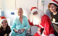 Paciente de la Fundación Jiménez recibiendo su regalo