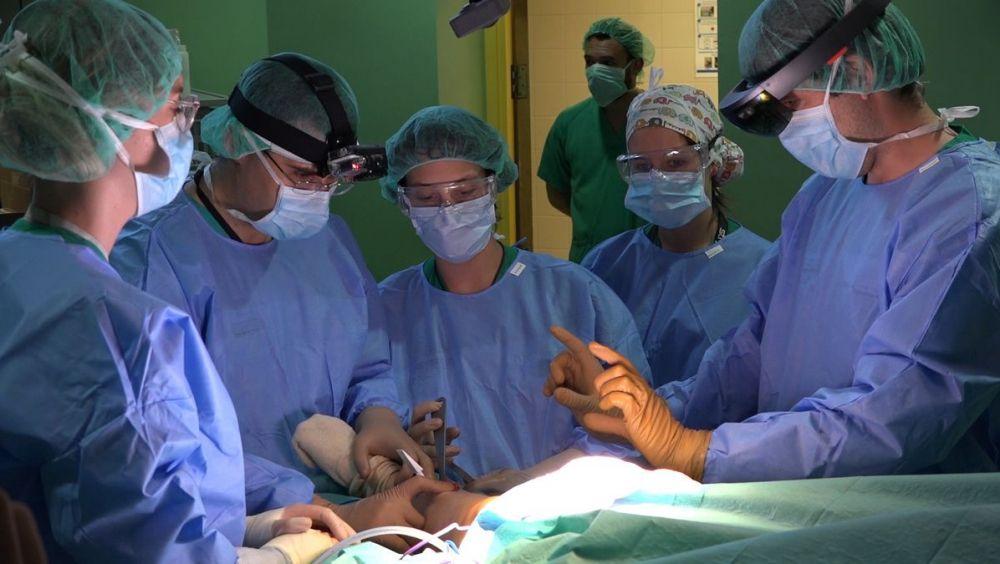Cirujanos del Hospital Gregorio Marañón utilizando este sistema durante una intervención quirúrgica.