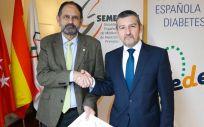 Los representantes de SEMERGEN y FEDE, José Polo y Andoni Lorenzo, durante la renovación del acuerdo de colaboración