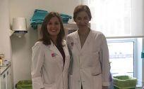 Las doctoras Cristina Gómez, del Servicio de Dermatología, y Almundena García Castaño, del Servicio de Oncología