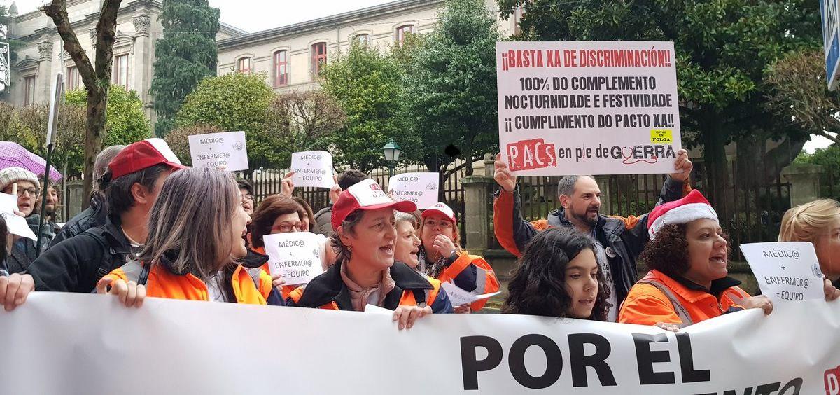 Concentración delante del Parlamento de Galicia de trabajadores del personal de los PACs.