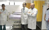 El director gerente (a la izquierda), en un momento de la presentación de las nuevas instalaciones