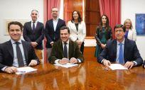 Juanma Moreno (PP) y Juan Marín (C's), en el centro de la imagen, firman el acuerdo para la investidura en Andalucía.