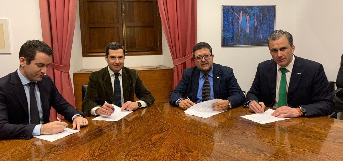 Firma del acuerdo entre PP y Vox para la investidura de Juanma Moreno.