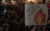 La Plaza de Platerías en Santiago abarrotada de colectivos y usuarios que quisieron secundar las protestas del personal del CHUS.