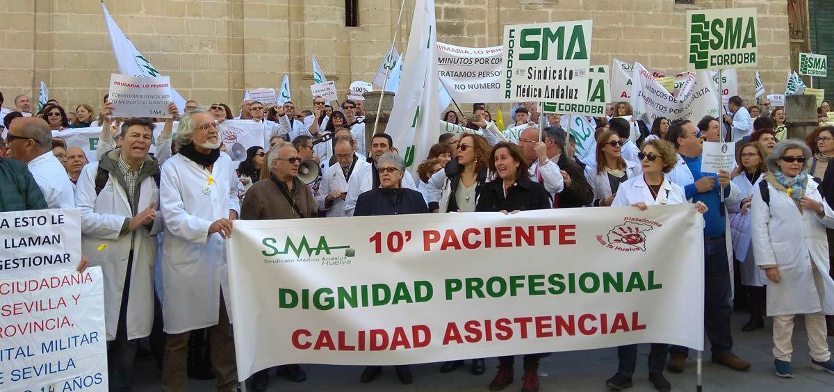 Médicos andaluces durante las protestas convocadas por el SMA este invierno.