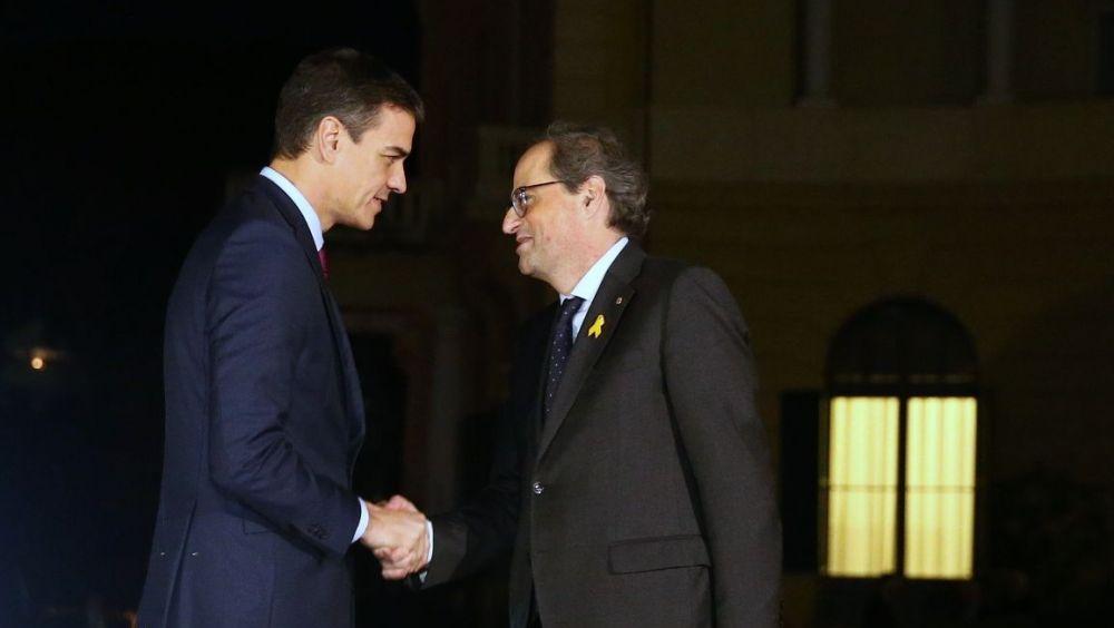 El presidente Pedro Sánchez saluda al president de la Generalitat de Cataluña, Quim Torra, a su llegada al Palacio de Pedralbes el pasado mes de diciembre. Moncloa / Fernando Calvo