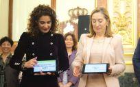 María Jesús Montero, ministra de Hacienda, presentando los PGE ante la presidenta del Congreso de los Diputados, Ana Pastor.