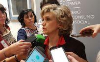 La ministra de Sanidad, María Luisa Carcedo, atendiendo a los medios de comunicación.