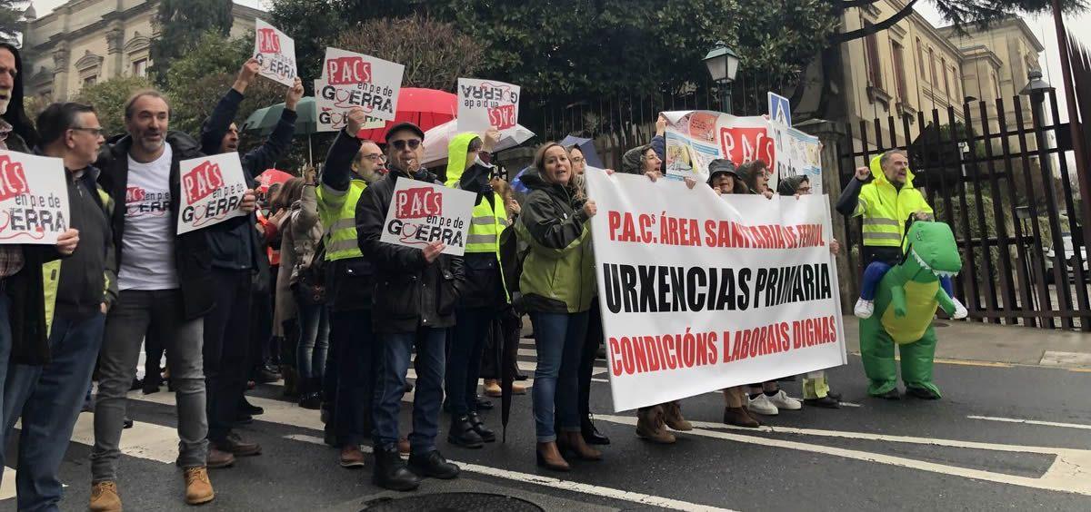 Personal de los PACs gallego concentrados a las puertas del Parlamento de Galicia.