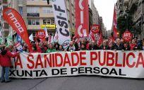 Una de las multitudinarias manifestaciones convocadas por todos los sindicatos gallegos en defensa de la sanidad pública.