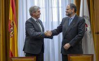 José Vicente Saz y José Polo, respectivos representantes de SEMERGEN y la Universidad de Alcalá, durante la firma del convenio de colaboración