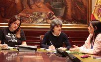Las diputadas de Unidos Podemos, Ángela Rodríguez y Amparo Botejara, junto a representantes de ACAI.