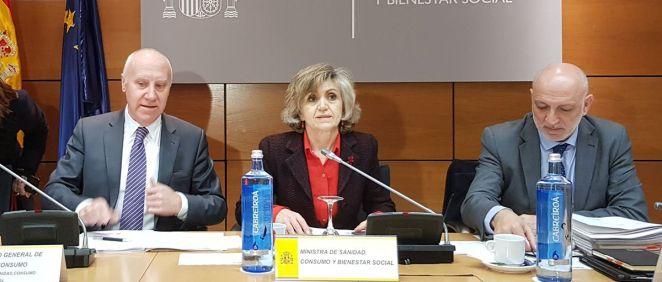 Luisa Carcedo, ministra de Sanidad, junto a Faustino Blanco (i), secretario general de Sanidad, y Rodrigo Gutiérrez (d), director de Ordenación Profesional (Foto: ConSalud.es).
