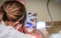 Este colectivo de odontólogos es uno de los que tiene más riesgo de contraer el coronavirus (Foto. ConSalud)