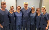 El Dr. Durán, junto al resto del equipo de profesionales del hospital que realizó la intervención