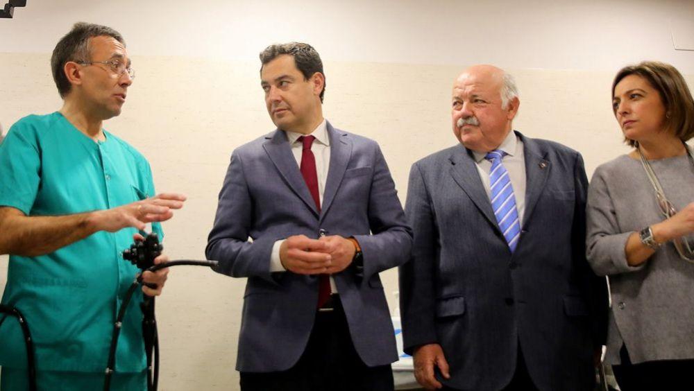 Juanma Moreno y Jesús Aguirre, presidente andaluz y consejero de Salud, durante una visita al Hospital Reina Sofía de Córdoba.