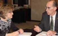 La ministra de Sanidad, María Luisa Carcedo, junto al consejero de Sanidad gallego, Jesús Vázquez Almuiña.