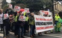 Personal de los  Puntos de Atención Continuada (PAC) durante una protesta delante del Parlamento de Galicia.