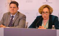 La directora general de Ordenación, Planificación e Inspección Sanitaria, María Teresa Marín, y el presidente del Colegio Oficial de Farmaceúticos, José Javier Martínez Morcillo