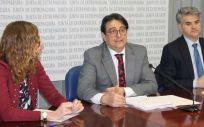 En el centro de la imagen, José María Vergeles, consejero de Sanidad y Políticas Sociales de la Junta de Extremadura, en rueda de prensa