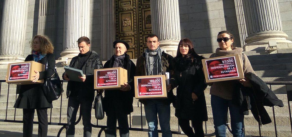 Dos familias entregan más de 266.000 firmas en ell Congreso para despenalizar la eutanasia en España.
