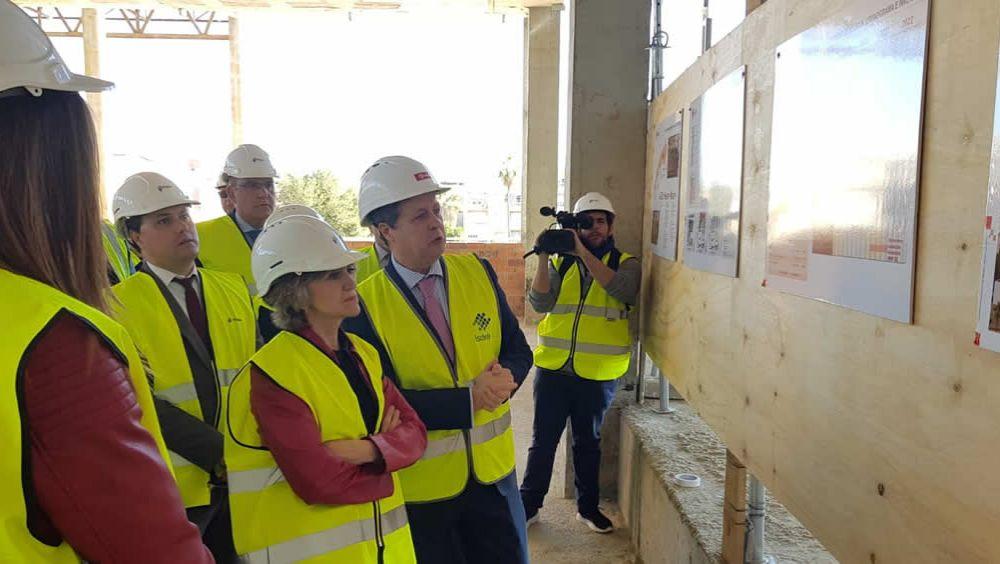 María Luisa Carcedo, durante su visita a las obras del nuevo Hospital de Melilla