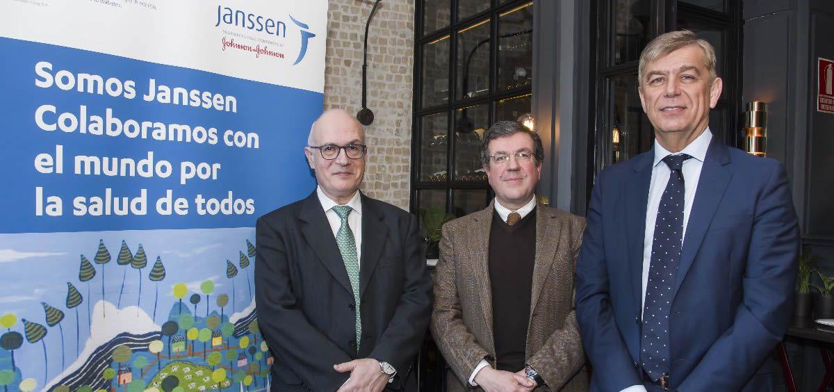 El doctor Lluís Puig, Antonio Fernández, de Janssen y el doctor José Luis López Estebaranz durante la presentación del nuevo tratamiento para la psoriasis
