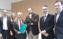 Foto de familia con representantes de ambas entidades firmantes, entre ellos el gerente del Servicio Murciano de Salud, Asensio López
