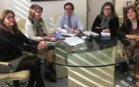 El consejero de Sanidad de Extremadura, José María Vergeles, reunido con las responsables autonómicas del Sindicato de Técnicos de Enfermería (SAE)
