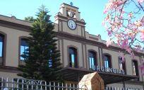 Fachada principal del Hospital Civil de Málaga en el que desde hace meses se realizan tareas para acabar con el amianto