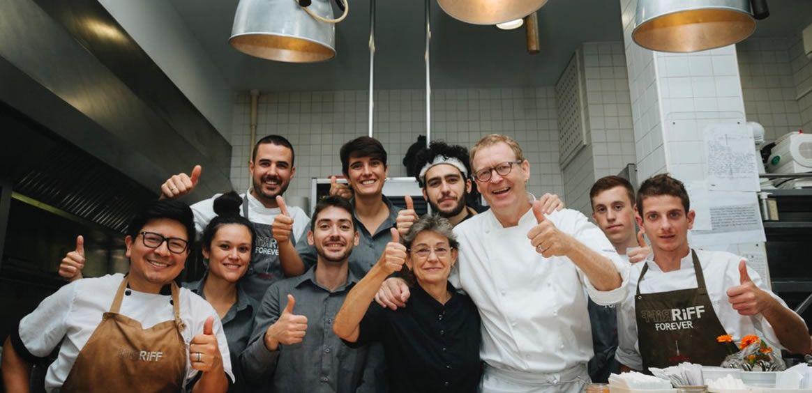 Imagen del chef, junto a su equipo, con motivo del 25 aniversario (Twitter)