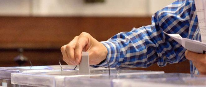 Un ciudadano deposita su voto en unas elecciones