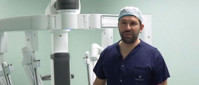 Doctor Javier Moradiellos, jefe del servicio de Cirugía Torácica del hospital con el robot Da Vinci
